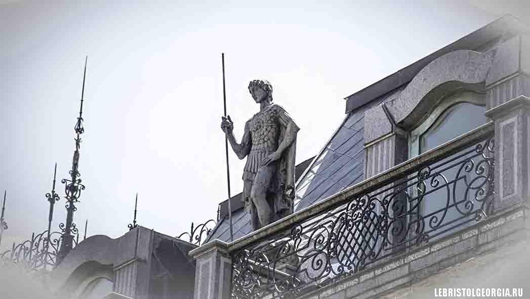 скульптура на доме Пьяцца Грузия