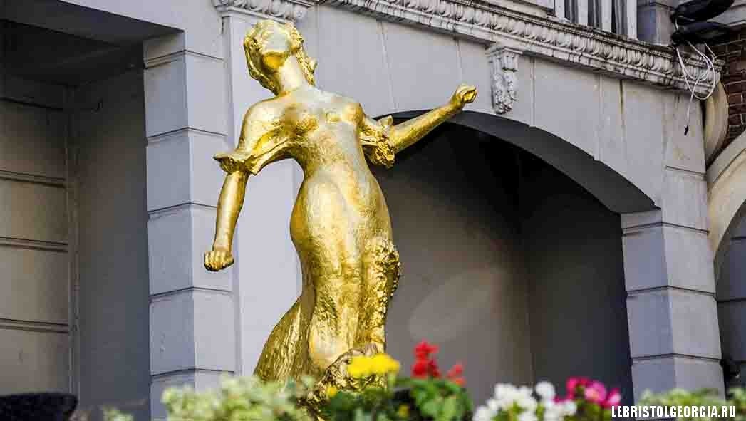 скульптура на площади пьяцца грузия