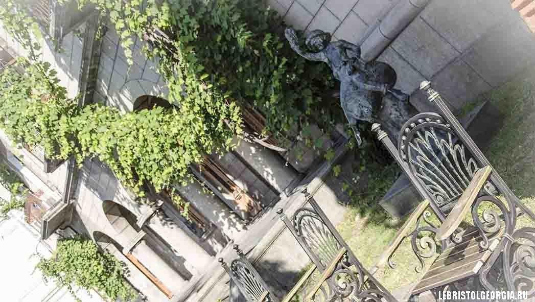 скульптура на старом бульваре батуми
