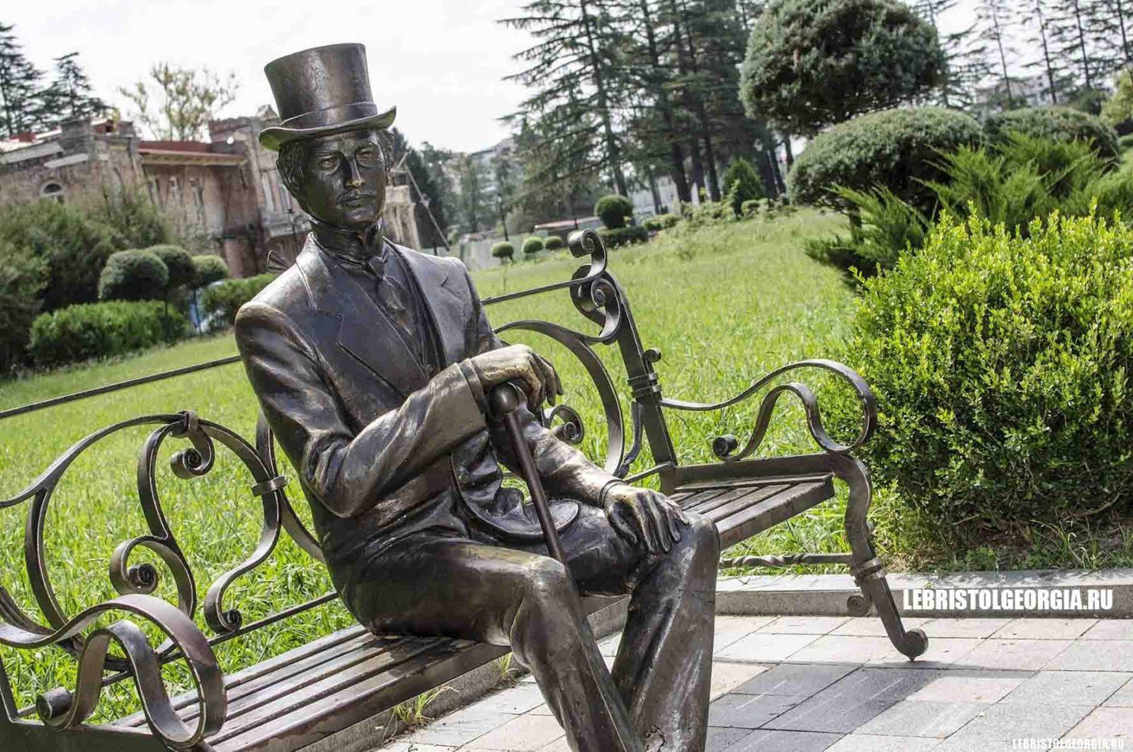 скульптура на территории дворца дадиани