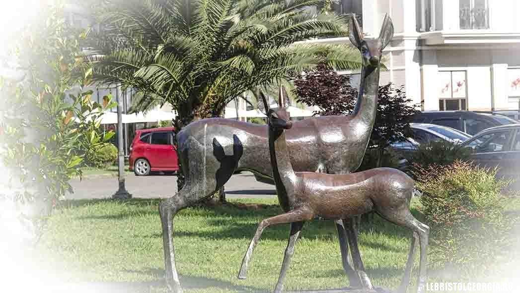 скульптура рядом с площадью европы батуми