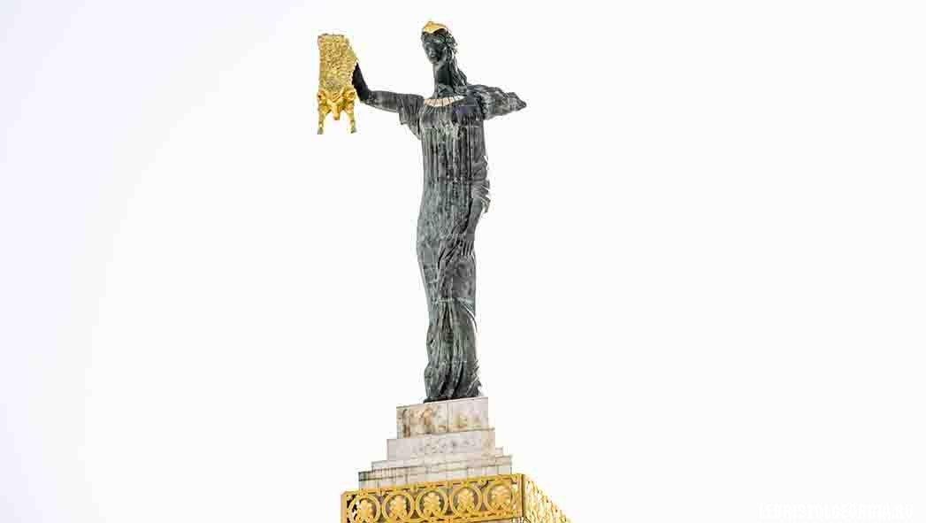 статуя медеи с золотым руном батуми