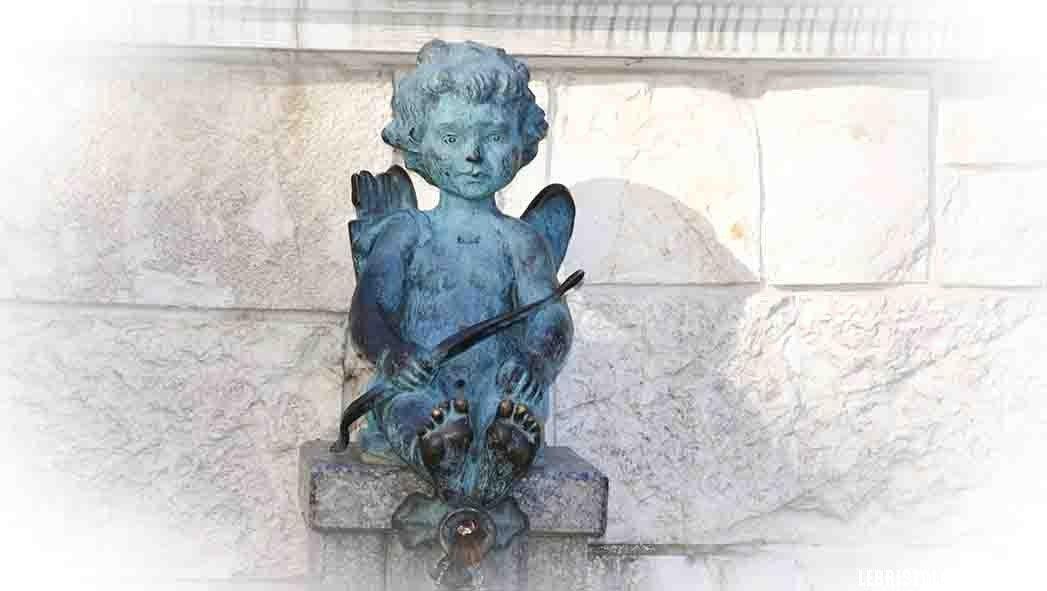 фонтан с мальчиком на площади пьяцца батуми