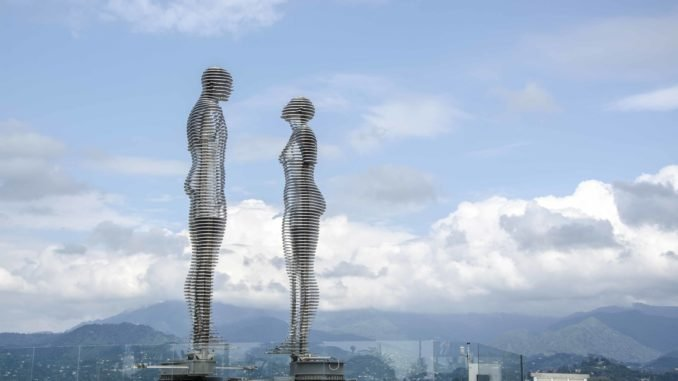 Скульптура Али и Нино
