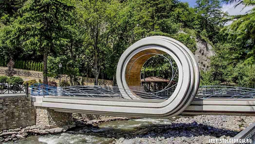 мост у Кронверк Плаза в Боржоми