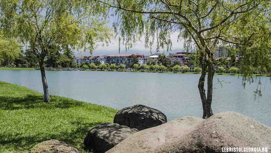 озеро в парке 6 мая батуми