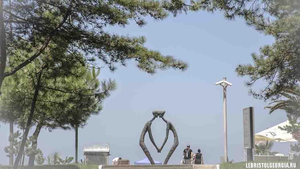 скульптура двух влюбленных в батуми