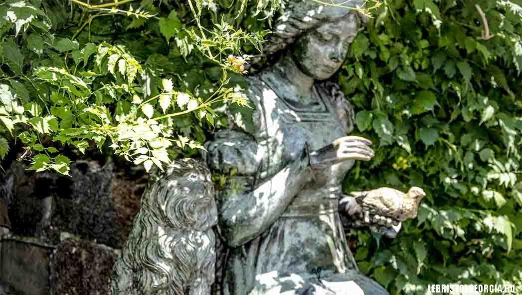 скульптура девушка с голубем Батуми