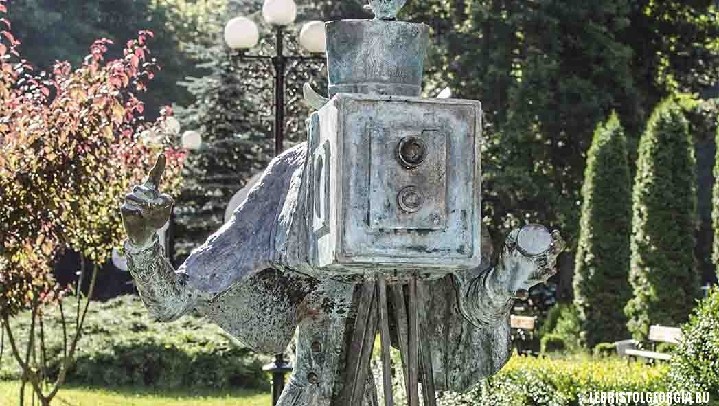 фотограф скульптура у парка Боржоми