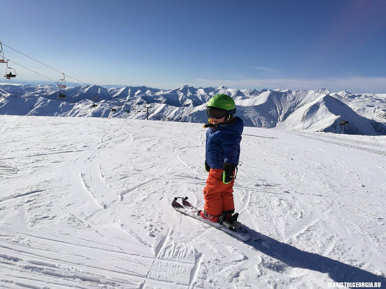 Маленький горнолыжник в Гудаури